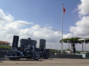 ハーレーと鶉野飛行場跡横の慰霊碑