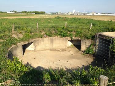 鶉野飛行場跡周辺の機銃台座跡 今は男たちの大和のセットの機銃が設置されている