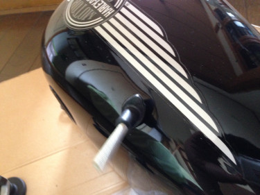 ハーレーのショベルヘッド 1984FLHの純正タンクの凹みをデントリペアのパッドをくっつけた