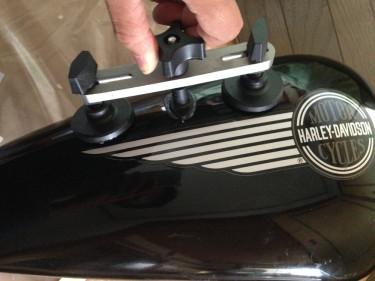 ハーレーのショベルヘッド 1984FLHの純正タンクの凹みをデントリペアで引っ張ってみた