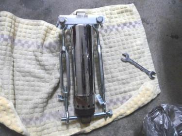 ハーレー ショベルヘッド 取り外した純正サスペンション を自作スプリングコンプレッサでバネを縮めて分解