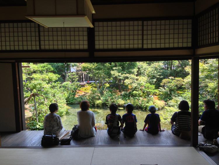長崎 島原 鯉の泳ぐまち の 四明荘 内側から庭園を見渡す
