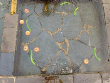 長崎 島原 浜の川湧水に野菜を浮かべて冷やす