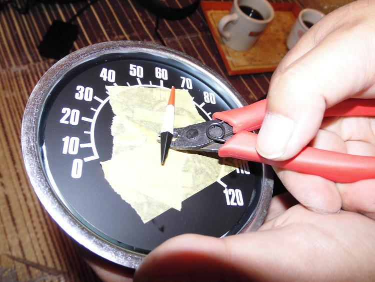 ハーレーのショベルヘッドFLHの社外スピードメータを分解 針を外す