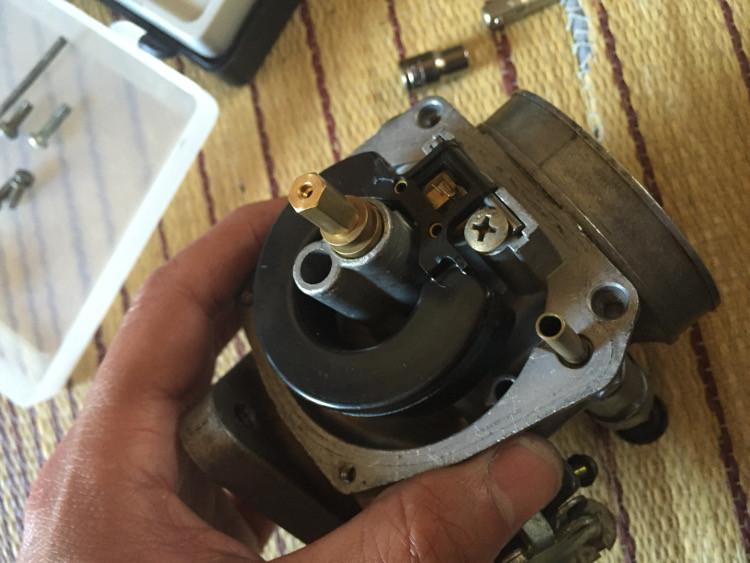 ハーレー ショベルヘッド用のスクリーミンバタフライキャブ KEIHIN製 フロートバルブ固定