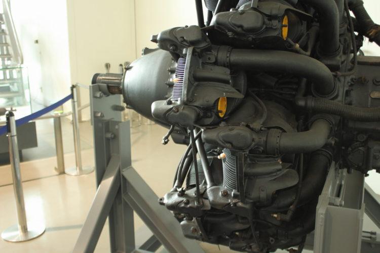 火星21型発動機 ボア150mmストローク170mmのOHV空冷星型14気筒 マフラー付近