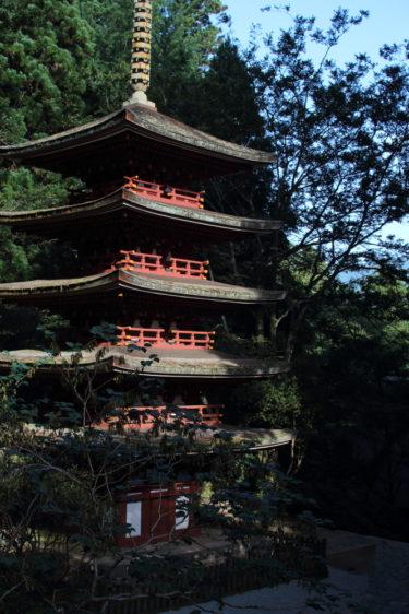 室生寺の五重塔を階段上から撮影
