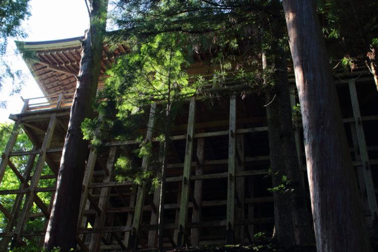 室生寺の奥の院を見上げる