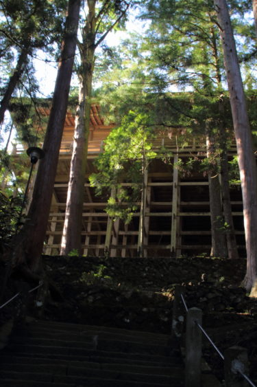室生寺の奥の院を階段から見上げる