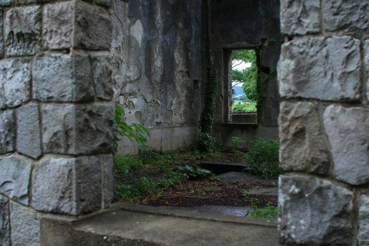 川棚 片島魚雷発射試験場跡 外から建物内部