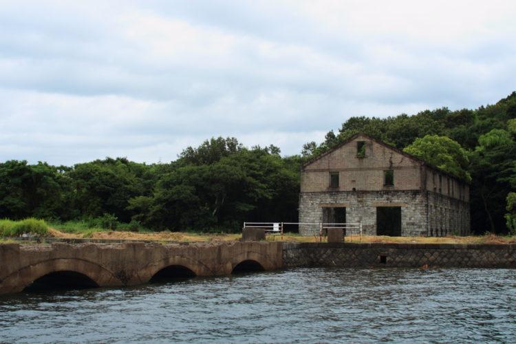 川棚 片島魚雷発射試験場跡 外の観測所跡からレール跡が