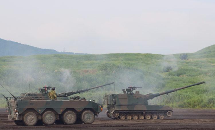 99式自走155mmりゅう弾砲 ロングノーズ と 96式装輪装甲車 クーガー