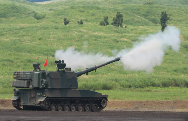 """99式自走155mmりゅう弾砲 愛称""""ロングノーズ"""" 車体は三菱重工業、主砲と砲塔を日本製鋼所が開発を担当。エンジンは三菱6SY31WA 4ストローク直列6気筒液冷ディーゼル。砲塔はアルミ合金製で日本製鋼所製。"""