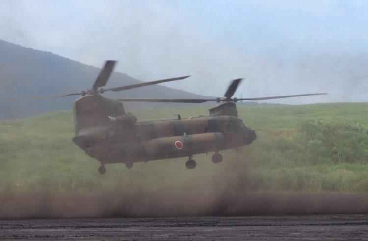 着陸するCH-47Jチヌーク 総合火力演習