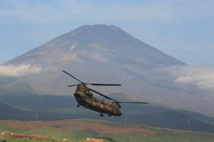 富士山をバックに飛来するCH-47Jチヌーク 総合火力演習