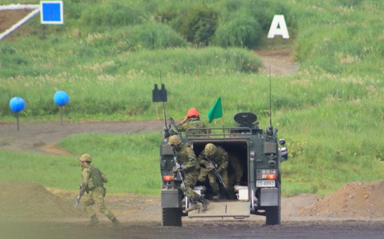96式装輪装甲車から展開する自衛隊員