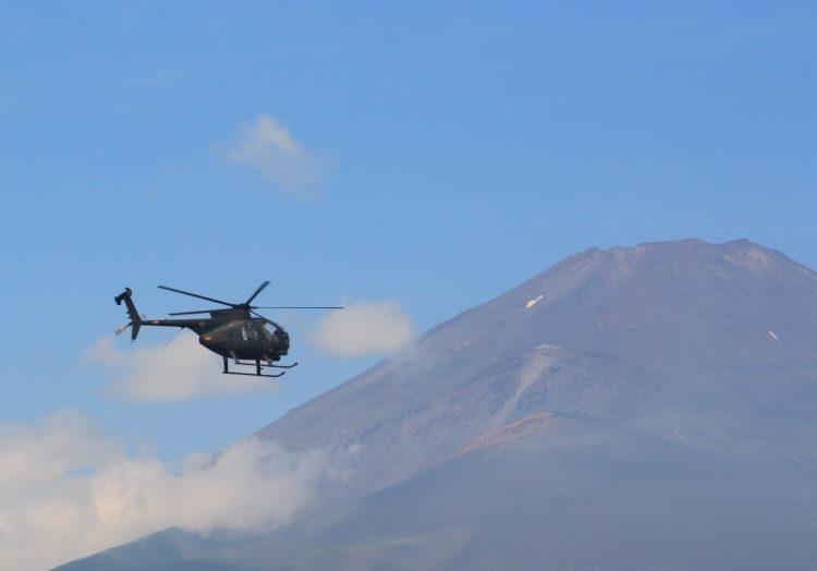 観測ヘリコプター 略称:OH-6D と富士山