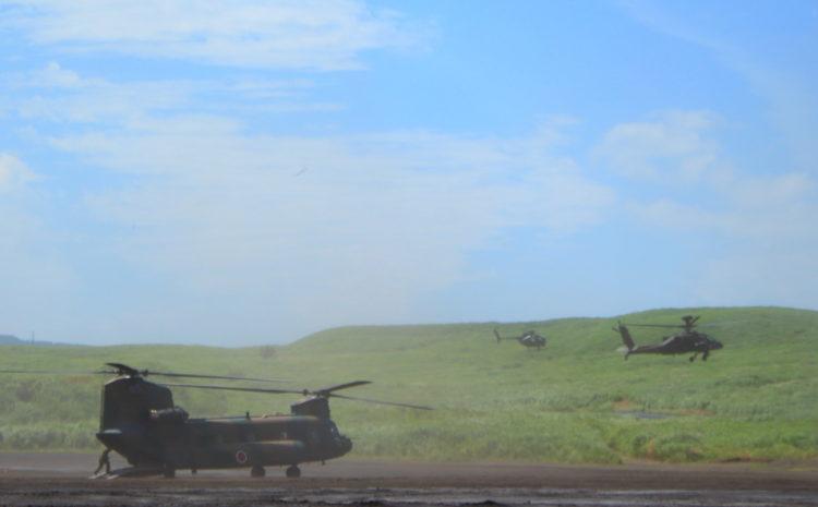 アパッチと観測ヘリ 手前はチヌーク